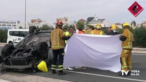 Herido un hombre de 66 años al volcar su coche en la N-332 en Orihuela Costa