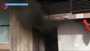Se incendia un coche en un garaje subterráneo de Guardamar del Segura