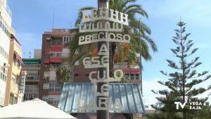 Piropos que cuelgan de las farolas en Torrevieja