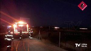 El Parque de Bomberos de Orihuela interviene en un incendio de cañas junto a la autovía