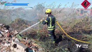 Incendio en los campos de cultivo en Las Casicas (Catral)
