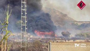 Un incendio de vegetación acaba quemando una casa de madera en Torremendo