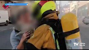 Los bomberos rescatan a un perro de una vivienda de La Murada donde se había declarado un incendio