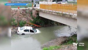 Un conductor sale por la ventanilla tras volcar su coche por el Puente del Reguerón