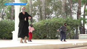 La alcaldesa de Albatera baila con los usuarios del Centro Ocupacional Azahares