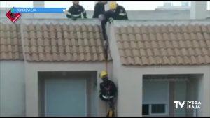 Los bomberos acceden a una casa de Torrevieja bajando por la fachada del edificio desde la terraza