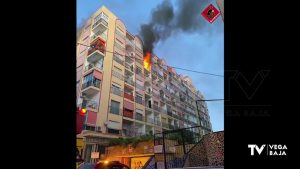 Incendio en una casa de Torrevieja: un hombre pide auxilio tras verse atrapado entre las llamas