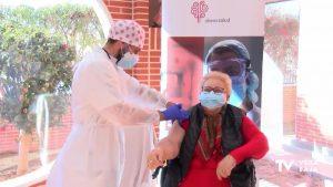 Isabel,85 años, residente de la Inmaculada, la primera vacunada en Torrevieja