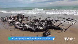 Aparece quemado el yate que encalló en la Playa de El Moncayo con dos toneladas de droga
