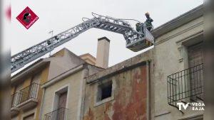 Los bomberos intervienen en la Plaza Monserrate por desprendimiento de fachada en un edificio