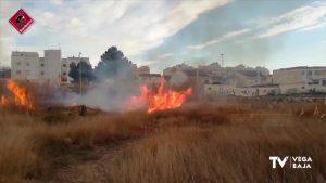 Incendio de vegetación dentro del término municipal de Almoradí
