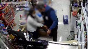 Una dependienta le planta cara a un ladrón que intentaba robar en su tienda de Torrevieja