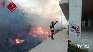 Incendio en un solar de Almoradí donde había material de obra