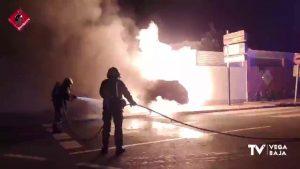 Se choca contra el garaje de casa y se incendia el coche: ha ocurrido en Ciudad Quesada