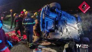 Los bomberos rescatan a un hombre atrapado en su vehículo tras sufrir un accidente en Rojales