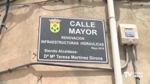 La alcaldesa de Daya Nueva incluye su nombre en la placa de la Calle Mayor