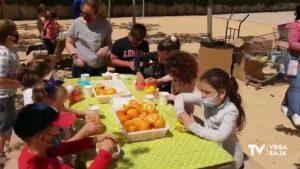 Zumos de naranja a cargo de los alumnos del colegio Playas de Orihuela