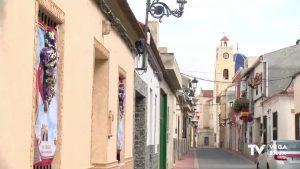 Granja de Rocamora celebra la Santa Cruz decorando las fachadas con cruces de flores muy originales