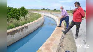 Un vertido de aguas azuladas obliga a suspender el riego entre Rojales y Guardamar