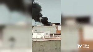 Arde un bungalow en La Murada y deja una gran columna de humo negro a su paso