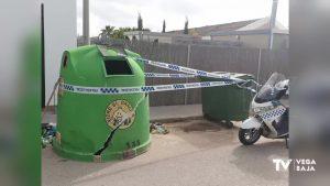Un vehículo impacta contra un contenedor en Pilar de la Horadada, lo parte en dos y se da a la fuga