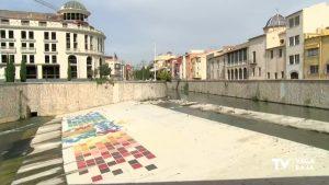 Los hosteleros cambian de sitio sus terrazas para esquivar el olor que dejan los lodos del río