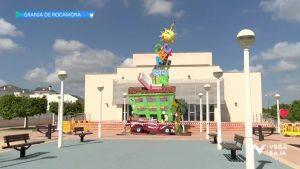 Granja de Rocamora planta una hoguera de 11 metros dedicada a la ex directora del colegio San Pedro