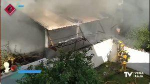 Explota una bombona de camping gas en un incendio de vivienda en El Chaparral (Torrevieja)