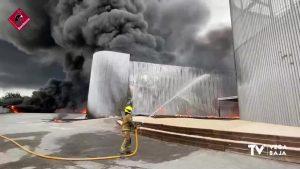 Más de 20 bomberos intervienen en un incendio en una fábrica de cauchos de San Vicente del Raspeig