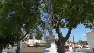 El Ayuntamiento de Benejúzar niega prevaricación en torno a la escultura ubicada frente al Auditorio