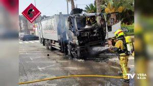 Se incendia un camión de recogida de residuos de plástico en Catral