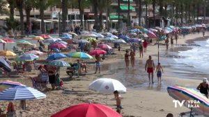 Madrugar y hacer cola son los requisitos imprescindibles para bañarse en la playa del cura