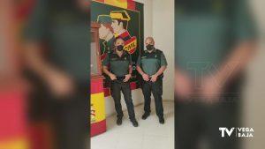 Dos guardias civiles de Almoradí le salvan la vida a una mujer de 51 que se estaba asfixiando