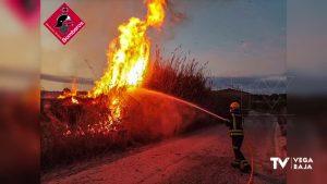 Los bomberos intervienen en un incendio de matorrales secos en la vereda Buenavida de Orihuela