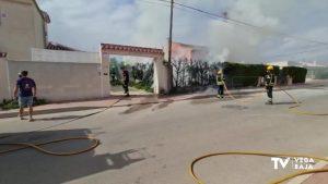 Un hombre ayuda a su vecina a sofocar un incendio en su casa de Torrevieja