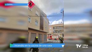 Desalojan un bloque de edificios en Catral por un incendio originado en una cocina